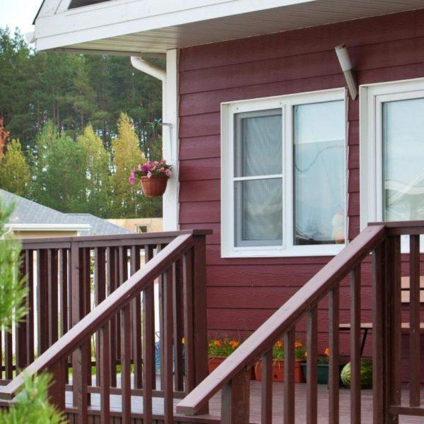 бордовый фасад частного дома с облицовкой сайдингом