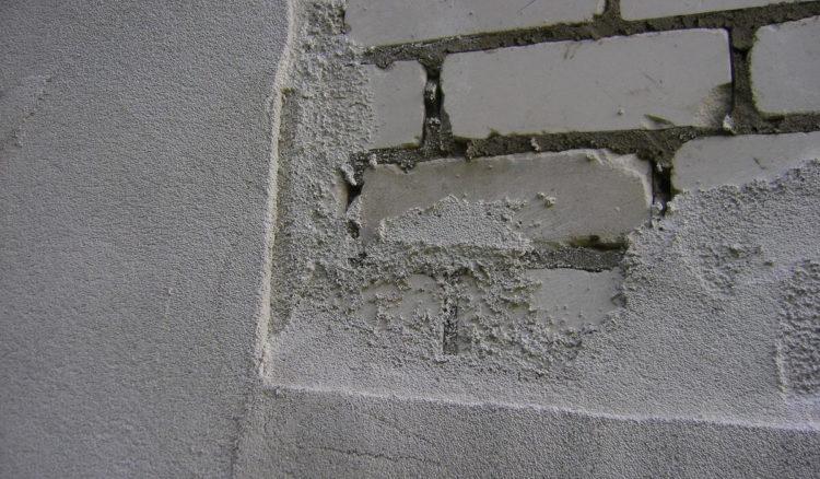 Нанесение слоя теплой штукатурки на фасад